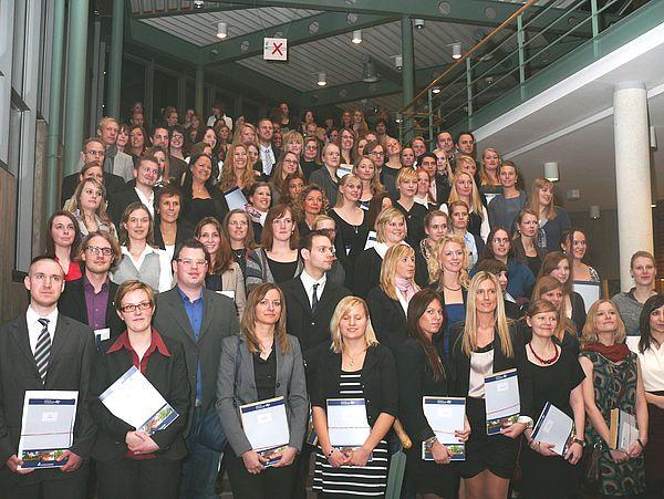 Foto (Universität Paderborn, Antje Tarampouskas): Absolventinnen und Absolventen des Ersten Staatsexamens Dezember 2011.
