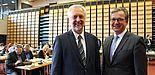 Foto (Universität Paderborn, Frauke Döll): Der Stadtrat Paderborn besuchte die Universität, im Vordergrund Uni-Präsident Prof. Dr. Wilhelm Schäfer (l.) und Bürgermeister Michael Dreier.