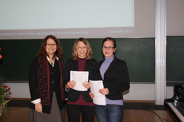 Foto (Universität Paderborn, Maren Büttgen): Verleihung der Profilzertifikate (von links): Prof. Dr. Dorothee Meister, Sina Strang (Umgang mit Heterogenität) und Julia Röhe (Gute gesunde Schule).
