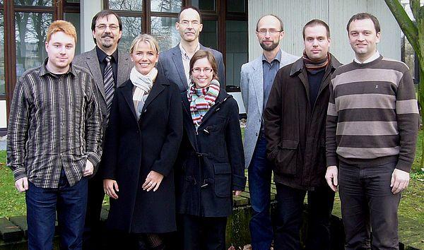 Foto (v. li.): Haben das Projekt gestartet Dennis Hannwacker (Resolto), Prof. Dr. Gregor Engels (s-lab – Universität Paderborn, Koordinator), Tanja Krüger (Resolto), Prof. Dr. Benno Stein (Bauhaus-Universität Weimar), Anna Falkenhain (Resolto), Dr. T