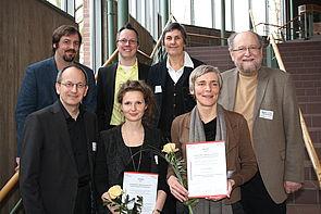 Foto (Universität Paderborn, Nina Reckendorf): Wurden ausgezeichnet: Anita Sekyra (Universität Leipzig, vorne 2. von links) und Dr. Caroline Trautwein (Universität Freiburg; vertreten durch Dr. Elke Bosse, vorne 3. von links); weitere Personen: Prof. D