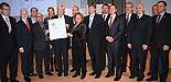 Foto (Referat Presse und Kommunikation, Universität Paderborn, Frauke Döll): NRW-Innovationsministerin Svenja Schulze übergibt Bürgermeister Heinz Paus und den anderen Akteuren und Partnern von FIT.Paderborn das zdi-Gütesiegel.
