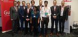 Foto (TecUP): Hubert Böddeker (l.) und Prof. Dr. Rüdiger Kabst (m.) freuen sich über das Engagement der jungen Gründer.
