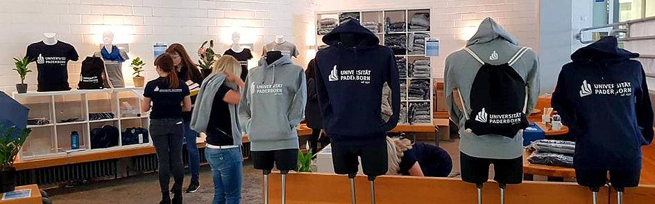 Verkaufsveranstaltung des Unishops im Uni-Foyer zum Semesterbeginn.