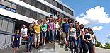 Foto (Universität Paderborn, Department Physik): Die Teilnehmenden des ersten SommerCamps Physik an der Uni Paderborn vor dem Gebäude Q.