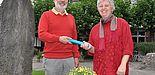Foto: (Mark Heinemann) Symbolische Übergabe: Dr. Uwe Rheker reicht den Staffelstab an Barbara Sawall weiter. Sie wird künftig die Belange der Studierenden mit Behinderungen an der Universität Paderborn vertreten. Eine Aufgabe, die Dr. Rheker fast 30 Ja