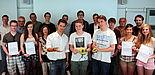 Foto (Universität Paderborn, Vanessa Dreibrodt): Die Teilnehmer des Projekts Lab2Venture präsentieren ihre Modelle. Darüber freuen sich: Dr. Eric Klemp, DMRC (3. v. l.), Dr. Jürgen Domjahn, Schülerlabor CoolMint Paderborn (4. v. l.), Martina Parrisiu