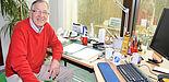"""Foto: In der """"Verlängerung"""" – Professor Dr. Burkhard Monien in seinem Büro im Institut für Informatik."""