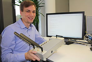 """Foto (Fraunhofer IEM): Sven Merschjohann vom Fraunhofer IEM prüft den """"sicheren Außenposten"""" OSIRIS auf höchste Software-Sicherheitsstandards."""