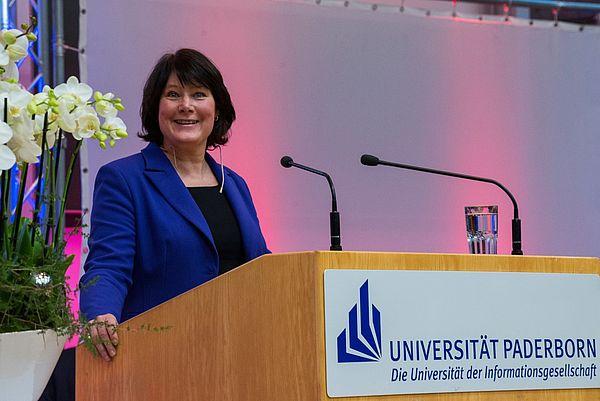 Foto (Universität Paderborn): RTL-Chefin Anke Schäferkordt hielt die traditionelle Alumna-Festrede am Tag der Wirtschaftswissenschaften 2015.