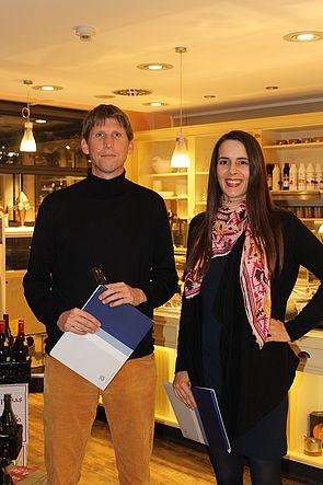Foto (Universität Paderborn): Dr. Katja Dlouhy und Prof. Dr. Torsten Biemann bei der Verleihung des Preises der PersonalQuarterly.