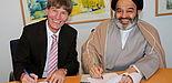 Foto (Universität Paderborn, Patrick Kleibold): Prof. Dr. Nikolaus Risch und Seyed Abdolhassan Navab unterzeichnen die Kooperationsvereinbarung zwischen den beiden Universitäten.