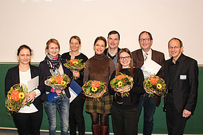 "Foto (Universität Paderborn, Johannes Pauly): Förderpreis ""Innovation und Qualität in der Lehre"" (v. l.): Dr. Agnes Szabone Varnai, Prof. Dr. Eva Blumberg, Prof. Dr. Constanze Niederhaus, Dr. Sigrid Behrent, Roland Richter, Dr. Marta Famula, Prof."