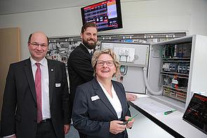 Foto (Michael Adamski): Zeigen NRW-Wissenschaftsministerin Svenja Schulze eine digitale Montageanleitung für einen Schaltschrank: Prof. Ansgar Trächtler (Leiter Fraunhofer IEM, links) und Matthias Greinert (Wissenschaftler am Fraunhofer IEM).