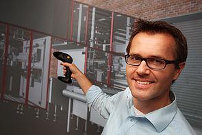 Foto (Universität Paderborn, HNI): Anwender navigiert durch den virtuellen Prototypen.