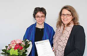 Foto (Universität Paderborn, Johannes Pauly): Dr. Schirin Nowrousian (l.) erhält das Postdoc-Stipendium 2017 der Universität Paderborn von Prof. Dr. Christine Silberhorn, Vizepräsidentin für Forschung und wissenschaftlichen Nachwuchs.