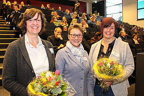 "Foto (Universität Paderborn, Johannes Pauly): Auszeichnung mit dem ""E-Learning-Label"" am Tag der Lehre (v. l.): Prof. Dr. Ilka Mindt, Laudatorin Prof. Dr. Gudrun Oevel und Prof. Dr. Rebekka Schmidt."