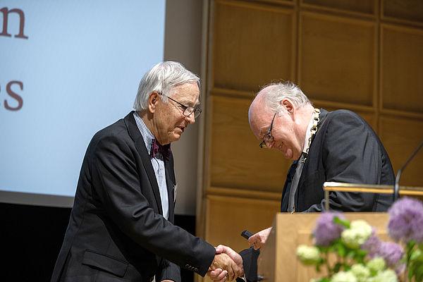 Foto (Andreas Endermann, AWK NRW): Bei der Übergabe der Ehrennadel: Prof. Dr. Burkhard Monien (links) und Professor Dr. iur. Wolfgang Löwer, NRW-AWK-Präsident.