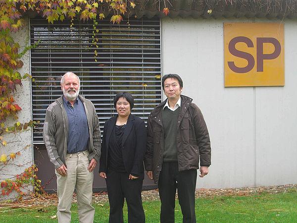Foto: Dr. Uwe Rheker vom Department Sport und Gesundheit, die japanische Wissenschaftlerin Mutsuko Okuda und der japanische Übersetzer Jun Ueno.