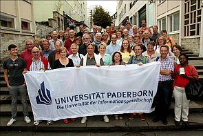 Foto (Universität Paderborn, Patrick Kleibold): Am Libori-Freitag haben sich rund 110 ehemalige Studenten sowie Dozenten der Hochschule zum zweiten Libori-Treff der Ehemaligen auf dem Franz-Stock-Platz getroffen.
