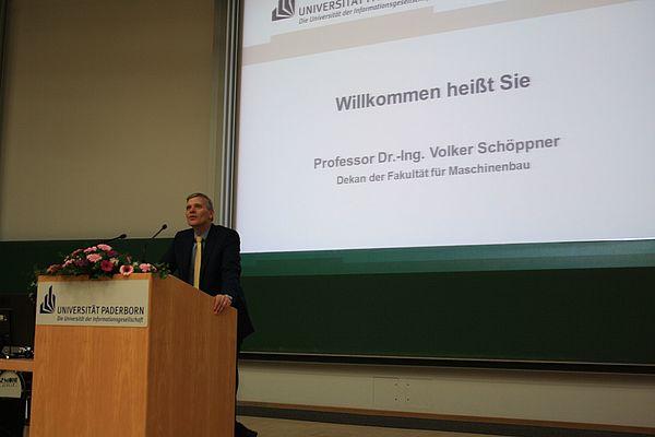 Foto (Linda van Rennings): Dekan Prof. Dr.-Ing. Volker Schöppner begrüßte die Absolventinnen und Absolventen sowie alle Gäste zur Absolventenfeier.