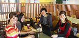 Foto (Universität Paderborn, Martin Decking): Studierende bei der Arbeit auch in der Mensa. Von links: Jacqueline Sievers, Ting Chen, Shu Xiang und Regina Wiens
