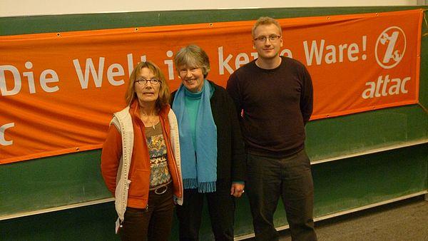 Foto (attac): Bärbel Wichmann (li.), Henry Wolf (re.), beide attac, und ihr Gast Angelika Zahrnt.