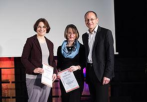 Foto (Costa Belibasakis/TH Köln): Wildt-Preisverleihung durch Prof. Dr Niclas Schaper: Prof. Dr. Niclas Schaper und die beiden Preisträgerinnen.