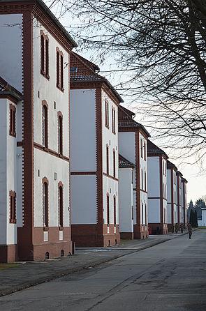 Foto (Stadt Paderborn): Das sechste Netzwerktreffen führt die Mitglieder der Universitätsgesellschaft Paderborn auf das Gelände der Alanbrooke-Kaserne.