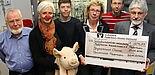 Foto (Universität Paderborn, Patrick Kleibold): (v.l.) Die Vertreter der Chemie freuen sich darüber, den Vertreterinnen der Paderborner Klinik-Clowns einen Scheck in Höhe von 604,37 Euro überreichen zu können: (v.l.) Prof. Dr. Heinrich Marsmann, Corn