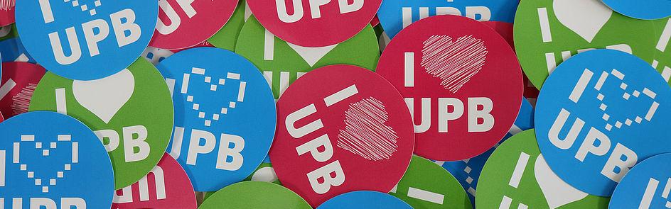 """Unsere Aufkleber im Alumni Paderborn-Design. Wir freuen uns, wenn viele Ehemalige an der UPB """"kleben bleiben"""". (Foto: Universität Paderborn, Alexandra Dickhoff)"""