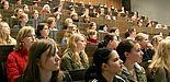 Foto (Christiana Nolte): Technikinteressierte Schülerinnen bei einer Vorlesung an der Universität Paderborn