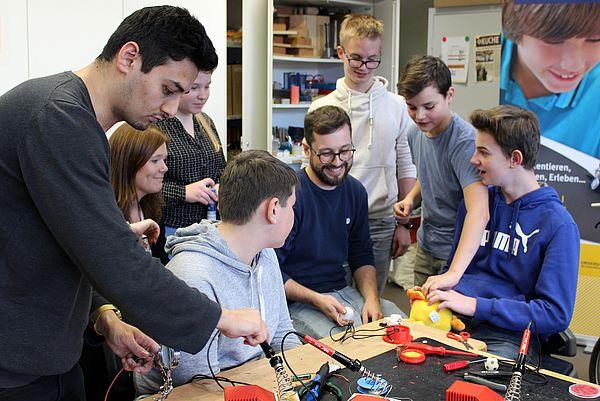 Foto (Universität Paderborn, Ricarda Michels): In Teamarbeit: Die Schülerinnen und Schüler arbeiteten bei dem Workshop Hand in Hand.