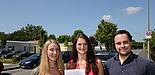 Foto (v. l.): Die beiden Studentinnen Lena Zingraff und Anastasia Völker mit dem Fragenbogen und Dr. Andreas Bielawny von der brandenburg gmbh in der Goerdelerstraße, deren Lampen bereits mit der LED-Technik ausgestattet sind.