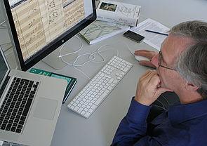 Foto: Akribische Vergleichsarbeit: Musikwissenschaftler Joachim Veit wandelt auf den