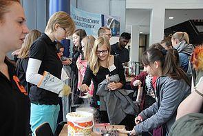Foto (Universität Paderborn): Bei der Frühlings-Uni können Schülerinnen echte Experimente erleben.