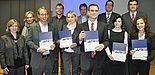 Foto (Universität Paderborn, Mark Heinemann): Herausragend: Die fünf Preisträger Nicolai Bohn (3.v.l.), Jenny Bartuli (m.), Dr. Christian Deutscher (5.v.r.), Erika Fladung (3.v.r.) sowie Natasa Bilkic (r.) wurden von der Unternehmergruppe Ostwestfalen