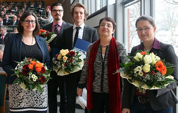 Foto (Universität Paderborn, Nina Reckendorf): (v. l. n. r.) Katharina Gefele, Daniel S. Ribeiro, Adrian Hülsmann, Prof. Dr. Birgit Riegraf und Dr. Jessica Nitsche.