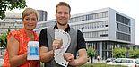 Foto (Universität Paderborn, Juliane Fröhling): Alexandra Dickhoff von Alumni Paderborn und Zauberer David Wedegärtner mit Kartentricks und Alumni-Krug beim kommenden Ehemaligen-Treffen der Universität.