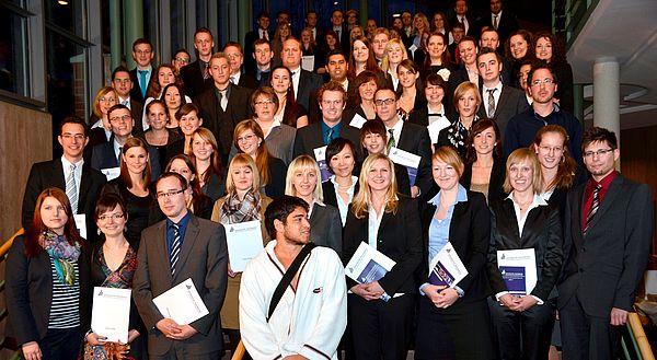 Foto (Universität Paderborn): Gruppe 2 der Absolventinnen und Absolventen am Tag der Wirtschaftswissenschaften 2011.