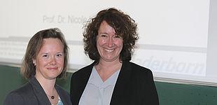 Foto (frei zum Abdruck, Bildautor: Reinhard Schwarz): Gratulation zur Antrittsvorlesung, von links: Prof. Dr. Nicole Kimmelmann mit Dekanin Prof. Dr. Caren Sureth-Sloane.