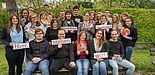 """Foto (ESG): """"Studierende der Universität Paderborn, mittig die Studierendenpfarrerin Heidrun Greine, links daneben - Prof. Dr. Harald Schroeter-Wittke, links außen - die Gemeindeassistentinnen: Vida Acheampong und Ricarda Klemme, rechts neben der Pfarre"""