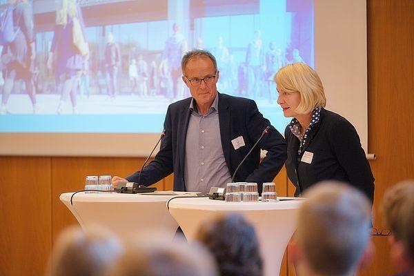 Foto (Arthur Isaak, Copyright: Hochschule OWL): Michael Uhlich (Bezirksregierung Detmold) (li.) und Professorin Ingeborg Schramm-Wölk (Vorsitzende Campus OWL/Präsidentin FH Bielefeld) begrüßen die Gäste der Jubiläumsveranstaltung.