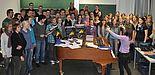Foto (Universität Paderborn, Mark Heinemann): Es wird fleißig geübt: Die Sängerinnen und Sänger von UniSono proben unter der Leitung von Gundula Hense (am Klavier) bereits seit April für das Adventskonzert.