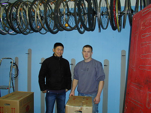 Foto (Nadine Hulfershorn): Timo Tempel und Lars Oetken (v. l.) nahmen die Renovierung der AStA-Fahrradwerkstatt in die Hand.