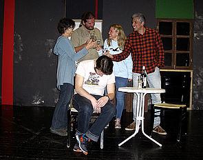 Foto (Studiobühne Paderborn): Barbara Linnenbrügger (Meg), McCann (Oliver Eue), Lulu (Charline Malter) und Goldbergh (Thorsten Böhner), vorne sitzend Rüdiger Meyer (Stanley Webber).