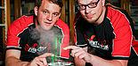 Foto (Universität Paderborn, Johannes Pauly):  Die Event-Physiker Carsten Müller (li.) und Tim Eichelberger testen Laser für den Aufbau einer großen Laserharfe.
