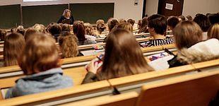 Foto (Universität Paderborn): Die Schülerinnen erleben echte Vorlesungen.