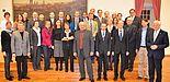 Foto (Stadt Paderborn): Die neuberufenen Professorinnen und Professoren mit Vertretern aus Stadt und Politik beim Empfang im Audienzsaal Schloss Neuhaus.