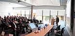 """Foto (Universität Paderborn): Die Teilnehmer der Konferenz """"Decentralized Power Systems"""" in Paderborn informierten sich über die Energiewende und die sich daraus ergebenden Umstellungen."""